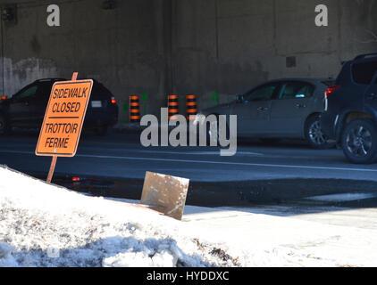 Gefahr - geschlossen Bürgersteig Beschilderung in Ottawa, Kanada - Ottawa Schnee und Frühjahr schmelzen - Stockfoto