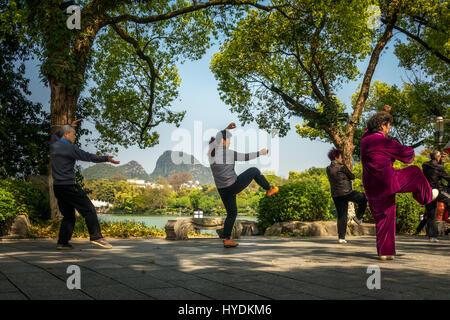 Leute genießen Tai Chi Übung neben dem Wasser in Guilin, China - Stockfoto