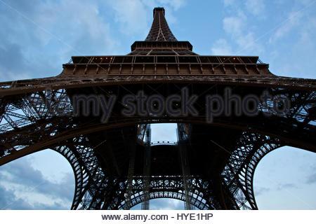 Der Eiffel-Turm, Ansicht von unten. - Stockfoto