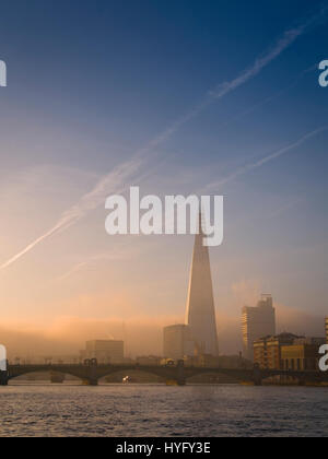 Sonnenaufgang über dem Shard Gebäude und Themse, London. Stockfoto