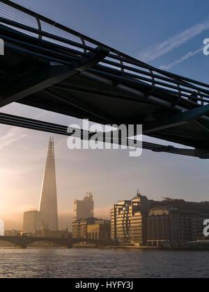 Sonnenaufgang über dem Shard Gebäude und Themse, London.