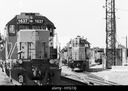 Kansas City, USA - 21. Mai 2016: Schalten von Motoren und Züge an einem Rangierbahnhof in Kansas City. Das Bild - Stockfoto
