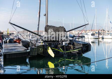 LES SABLES d ' Olonne, Frankreich – 21. Januar 2017: Skipper Alex Thomson Boot Hugo Boss bei der Vendee Globe Ponton am Tag nach seiner Ankunft.