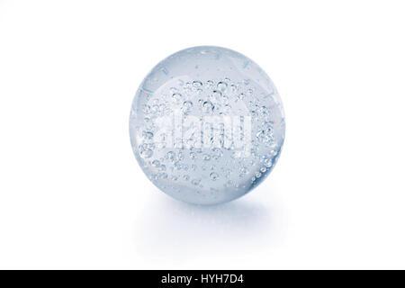 Glaskugel mit Luftblasen und Reflexion isoliert auf weiss - Stockfoto