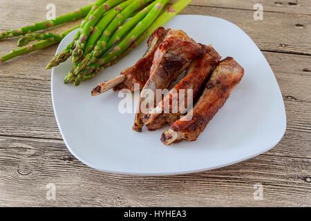 gebratenes kalbfleisch rippen mit gem se auf einem wei en teller in einem restaurant stockfoto. Black Bedroom Furniture Sets. Home Design Ideas