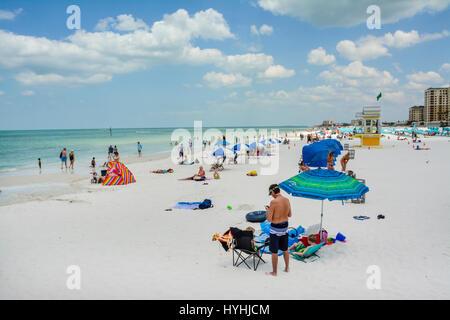 Ansicht von Menschen genießen die weißen Sand und türkisfarbenem Wasser von Clearwater Beach, FL, mit Nummer 5 Rettungsschwimmer - Stockfoto