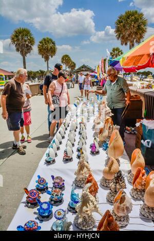 Menschen genießen die Muschel waren Lieferanten entlang Pier 60 am Clearwater Beach, FL mit Sonnenschein, Palmen, - Stockfoto