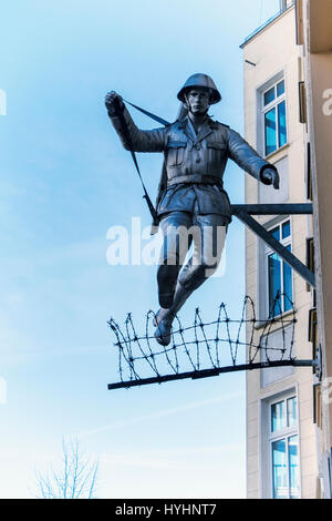 Berlin,Mitte.Wall Springer, Jumping Soldat Skulptur. Ostdeutsche Grenzschutzbeamte, Conrad Schumann, springt über - Stockfoto