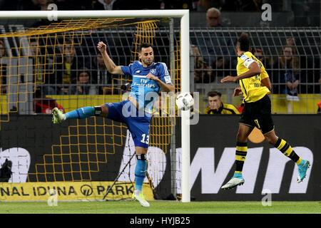 Dortmund. 4. April 2017. Pierre-Emerick Aubameyang (R) Dortmund wetteifert mit Mergim Mavraj des Hamburger SV in - Stockfoto