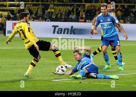 Dortmund. 4. April 2017. Gonzalo Castro (L) von Dortmund wetteifert mit Dennis Dickmeier (L2) des Hamburger SV in - Stockfoto