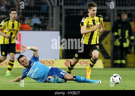 Dortmund. 4. April 2017. Julian Weigl (R) Dortmund wetteifert mit Filip Kostic des Hamburger SV in der Bundesliga - Stockfoto