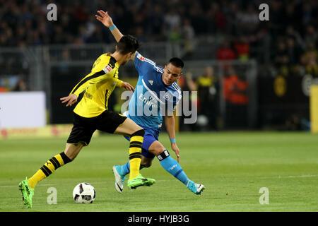 Dortmund. 4. April 2017. Matthias Ginter (L) von Dortmund wetteifert mit Bobby Wood des Hamburger SV in der Bundesliga - Stockfoto