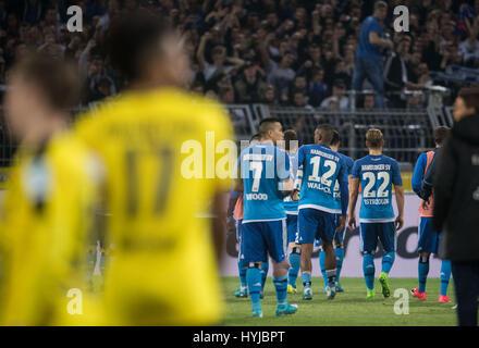 Dortmund, Deutschland. 4. April 2017. Hamburgs Spieler gehen Sie in Richtung ihrer Fans nach der deutschen Bundesliga - Stockfoto