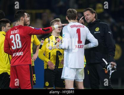 Dortmund, Deutschland. 4. April 2017. Dortmunds Torhüter Roman Buerki (L) und Roman Weidenfeller sprechen mit Hamburgs - Stockfoto