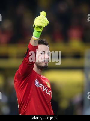Dortmund, Deutschland. 4. April 2017. Dortmunds Torhüter Roman Buerki gibt einen Daumen nach oben in die deutsche - Stockfoto
