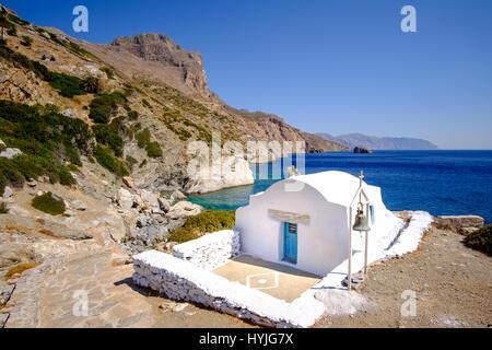 Romantische Landschaftsblick auf Agia Anna Strand mit Kapelle auf der Insel Amorgos, Kykladen, Griechenland - Stockfoto