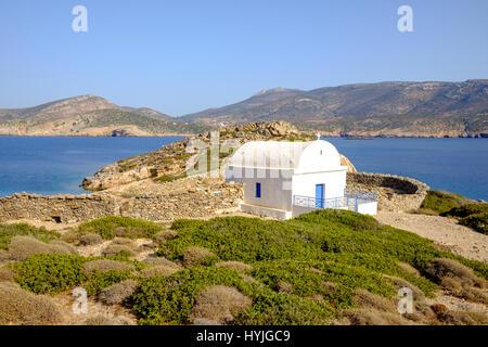 Landschaftsansicht der weißen Kapelle am schönen Meer Küste, Insel Amorgos, Kykladen, Griechenland - Stockfoto