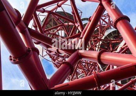 Der ArcelorMittal Orbit, rote Spirale Stahl Rohrkonstruktion mit Folie innen an 114,5 Meter ist Londons höchste - Stockfoto