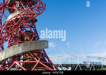 ArcelorMittal Orbit abstrakte rote Spirale Stahl Röhrenstruktur rechts mit Silber äußeren Gehweg auf 114,5 Meter - Stockfoto