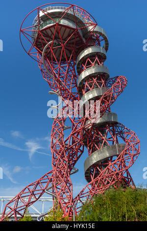 ArcelorMittal Orbit rot röhrenförmigen Spirale Stahlkonstruktion Silber Gehweg und Edelstahl Folie kontrastiert - Stockfoto
