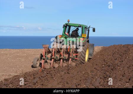 John Deere Traktor Pflügen - Stockfoto