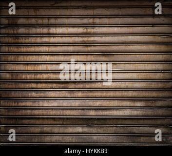 Grunge verwitterten metallische Roll up Tür. rusty Iron Gate. - Stockfoto