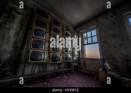 BIRMINGHAM, ALABAMA, USA: Ein Raum voller verlassener Fernseher.  EINDRINGLICHE Bilder zeigen die baufälligen Reste - Stockfoto