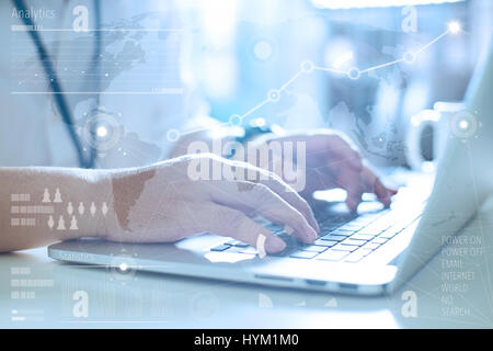 Business-Konzept, Geschäftsmann Laptop arbeiten.  Weltweite Verbindung Technologie Schnittstelle. Globale Strategie - Stockfoto