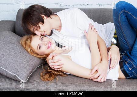 glückliches junges Paar verbringt viel Zeit zusammen zu Hause - Stockfoto