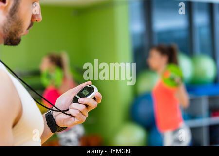Zwei Mädchen in der Turnhalle mit einem personal Trainer trainieren. - Stockfoto