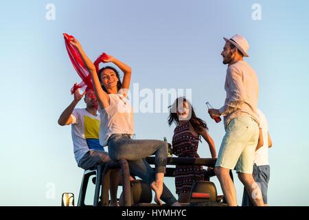 junge Gruppe Spaß am Strand und tanzen in einem Cabrio - Stockfoto