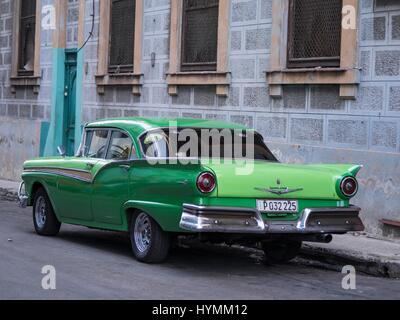 Altmodische 1950er Jahre amerikanische Oldtimer in grüner Farbe mit Bild von Che Guevara in Havanna, Kuba - Stockfoto
