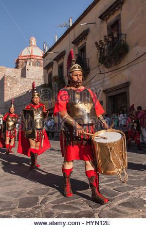 Männer gekleidet als römische Soldaten marschieren durch die Stadt Teil des ein Passionsspiel in der Karwoche (Semana - Stockfoto