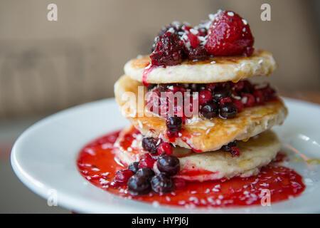 Himbeere und blueberry pancake Stapel