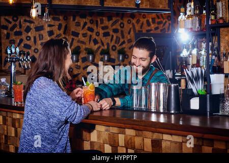 Barmann macht für Kunden einen Cocktail an der Bar Theke - Stockfoto