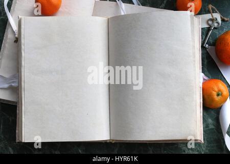 Seiten geöffnet Vintage Buches auf grünen Marmor-Arbeitsplatte - Stockfoto