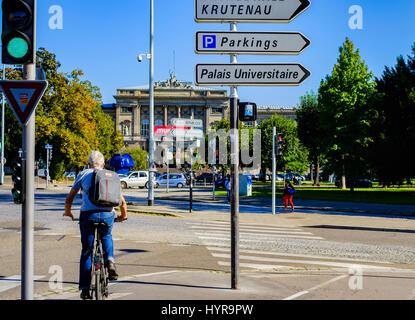 Radfahrer, grüne Ampel, Wegweiser, Place de l'Université, Universitätsplatz, Straßburg, Elsass, Frankreich - Stockfoto