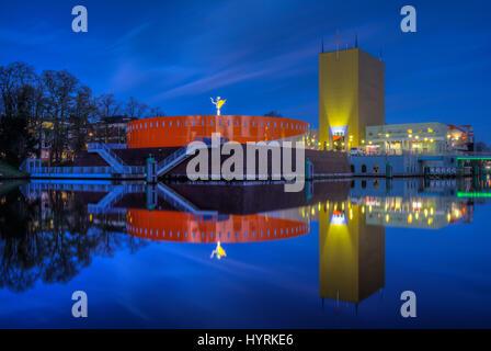 Groninger Museumsgebäude in der Nacht spiegelt sich im Wasser in Groningen, The Netherlands. - Stockfoto