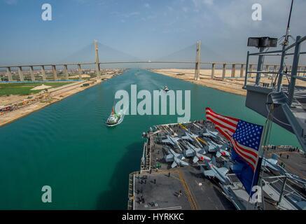 Der US-Navy Nimitz-Klasse-Flugzeugträger USS George H.W. Bush nähert Brücke der Freundschaft, wie es den Suez-Kanal - Stockfoto