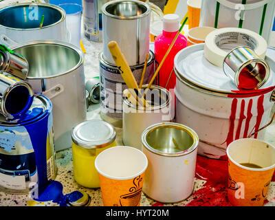 Pinsel Farbe in verschiedenen Farben in Containern, Farbdosen und farbigen Pinsel auf dem weißen Hintergrund Tropfen - Stockfoto