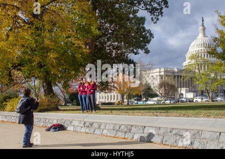 Drei junge Frauen gekleidet gleichermaßen Pose für ihr Foto vor dem US Capitol in Washington, DC. - Stockfoto