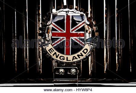Britische Oldtimer Club Abzeichen auf Front eines Autos fixiert - Stockfoto