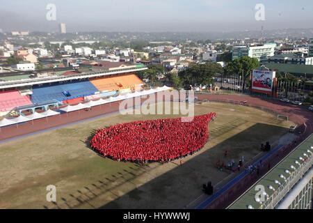 Marikina, Philippinen. 7. April 2017. Menschen in roten versammeln sich zu bilden, eine Form des Blutes fallen während - Stockfoto