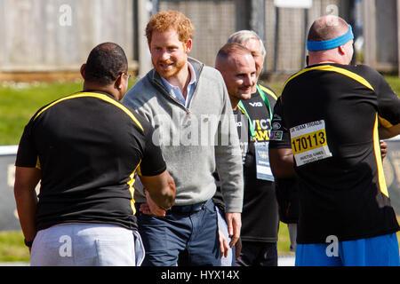 Bath, Großbritannien, 7. April 2017. Prinz Harry ist abgebildet im Gespräch mit Athleten an der University of Bath - Stockfoto