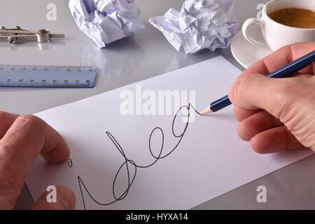 Konzept-Arbeiter Entwicklung einer Idee auf seiner Werkbank. Blatt mit Idee Nachricht auf grauen Bürotisch mit zerknitterten - Stockfoto