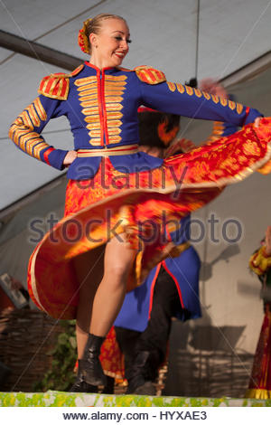 Ein Mitglied von einem Kosaken-Tanz-Ensemble unterhält Touristen in Sankt Petersburg, Russland. - Stockfoto