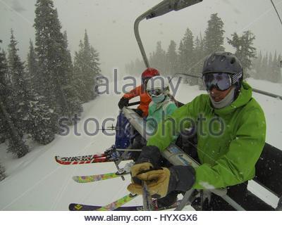 Ein Vater und Kinder am Skilift am Whistler Mountain. - Stockfoto