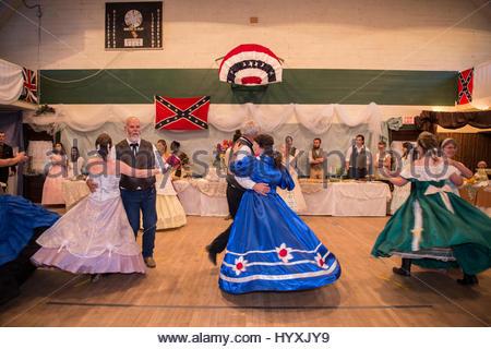 Paare in historischen Kostümen tanzen auf dem 1864 Grand viktorianische Ball für das Montana-Territorium. - Stockfoto