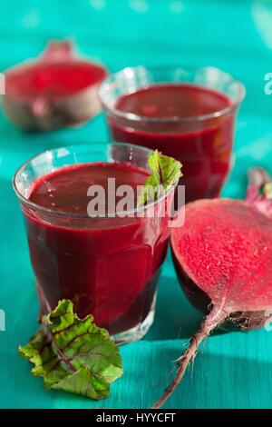 Frische gesunde rote Beete Saft und Gemüse - Stockfoto