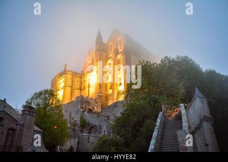 Nacht und Nebel in Mont Saint Michel, Normandie, Frankreich - Stockfoto